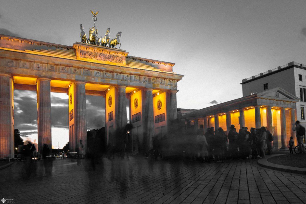 Brandenburger Tor mit Menschen in Bewegung