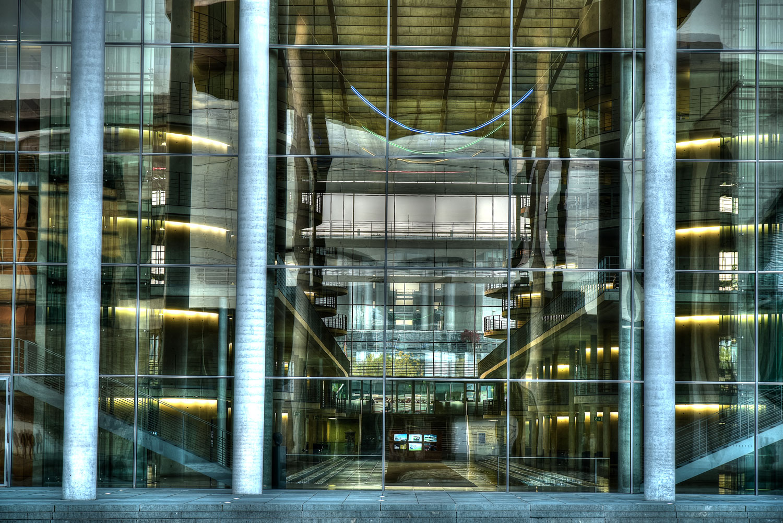Blick durchs Paul Löbe Haus zum Bundeskanzleramt