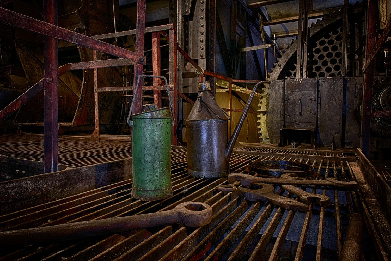 Brikettfabrik Ölkanne und Werkzeug