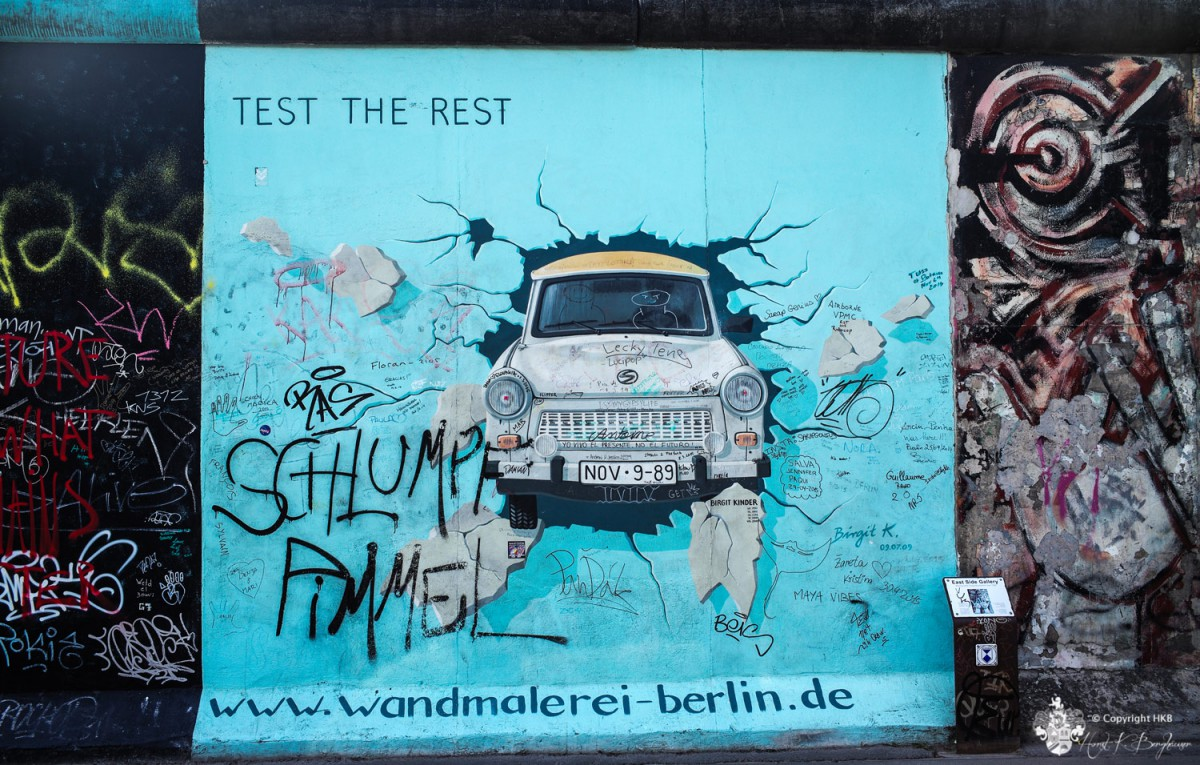 Trabi durch Mauer - Berlin East Side Gallery