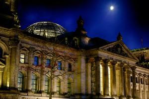 DerReichstag mit Mond - Sehenswürdigkeiten Berlin