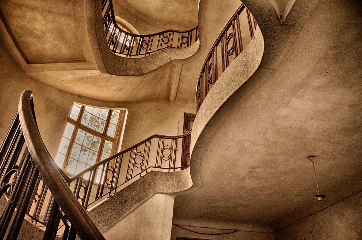 Sich wiederholende Muster und Formen bringen immer Spannung in architektonische Aufnahmen.