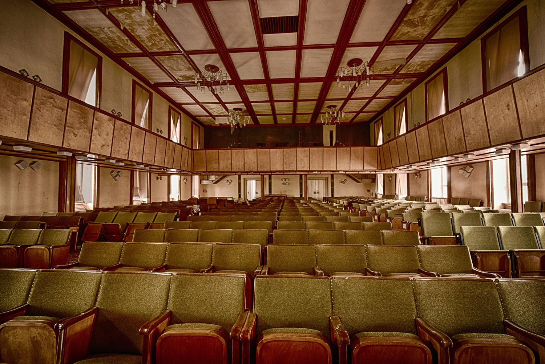 Elite-Internat Kinosaal von der Bühne aus gesehen