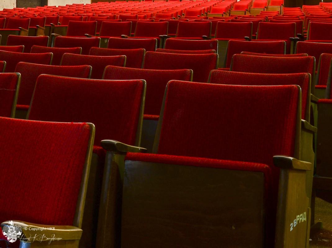 rote Theaterstühle in Wünsdorf