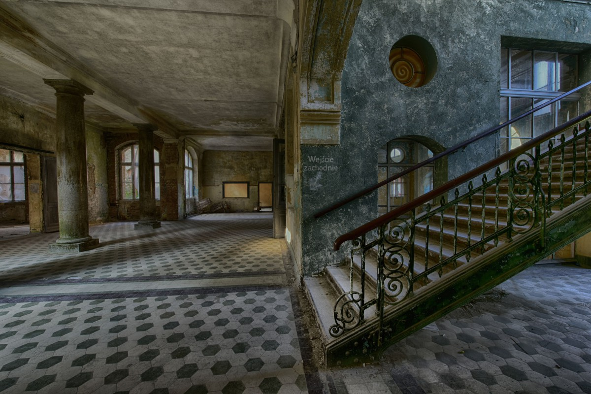 Treppe und Säulen im Badehaus Männer in Beelitz Heilstätten