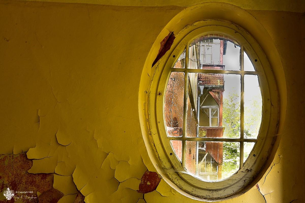 ovales Fenster in Heilstätten Hohenlychen