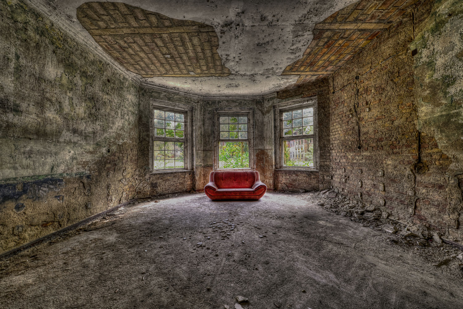 Rotes Sofa im Lost Place
